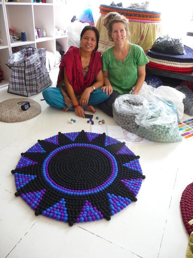 stern teppich aus filzkugeln lila schwarz 90 cm lela. Black Bedroom Furniture Sets. Home Design Ideas