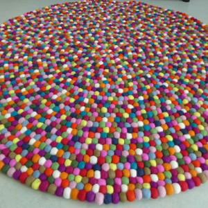kunterbunter teppich aus filzkugeln 120 cm lela levanas. Black Bedroom Furniture Sets. Home Design Ideas