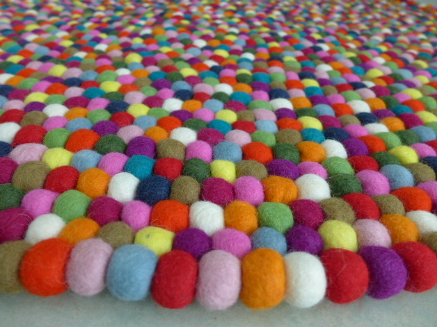 Kunterbunter Teppich aus Filzkugeln, 140 cm  Lela Levanas