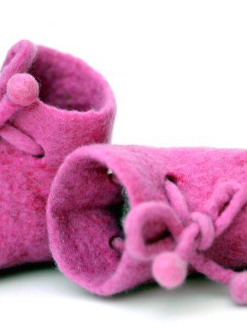 Gefilzte Babyschuhe aus Merinowolle in Pink