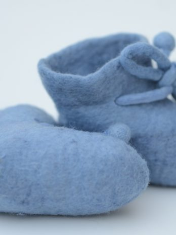 Gefilzte Babyschuhe aus Merinowolle in Hellblau