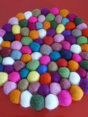 Rund und bunt: Untersetzer aus Filzkugeln