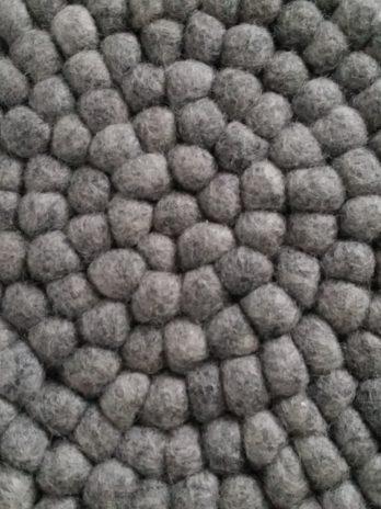 Untersetzer aus kleinen Filzkugeln in Hellgrau