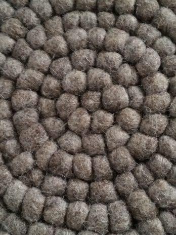 Untersetzer aus kleinen Filzkugeln in Braun