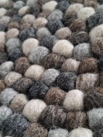 Untersetzer aus kleinen Filzkugeln in Naturtönen