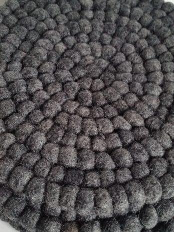 Untersetzer aus kleinen Filzkugeln in Anthrazit