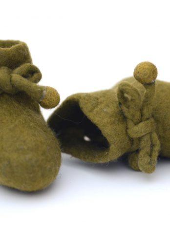 Gefilzte Babyschuhe aus Merinowolle in Oliv-Grün