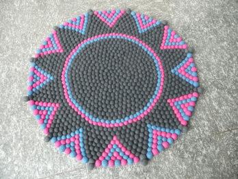 Stern-Teppich-aus-Filzkugeln,-grau-pink-blau