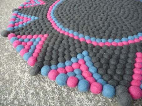 Stern-Teppich-aus-Filzkugeln,-grau-pink-blau-II