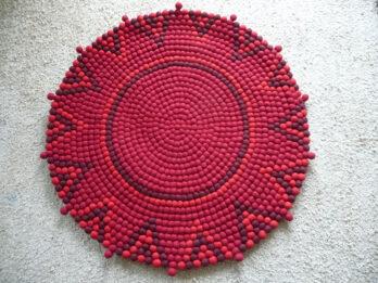 Stern-Teppich-aus-Filzkugeln,rot