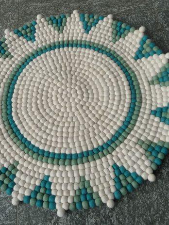 Sternteppich-aus-Filzkugeln,-weiß-türkis