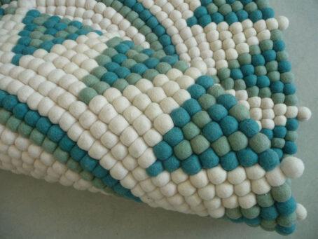 Sternteppich-aus-Filzkugeln,-weiß-türkis-II